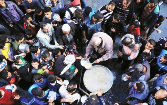 Gaza man winning hearts by donating traditional food to the poor